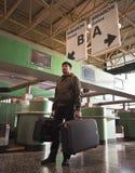Homme avec des bagages à l'aéroport photographie stock libre de droits