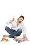 Homme avec des balais se reposant près de la palette Photographie stock