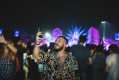 Homme avec des bières appréciant le festival de musique Image stock