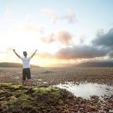 Homme avec des bras augmentés Photographie stock libre de droits