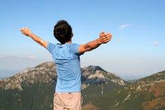 Homme avec des bras tendus Photographie stock libre de droits