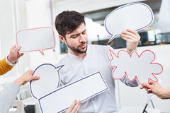 Homme avec des bulles de la parole pour des idées Photo stock
