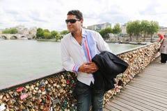 Homme avec des cadenas d'amour, Paris Image libre de droits