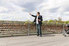 Homme avec des cadenas d'amour, Paris Photo libre de droits