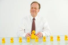 Homme avec des canards dans une ligne Photo libre de droits