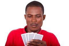 Homme avec des cartes de tisonnier photographie stock libre de droits
