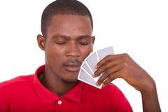 Homme avec des cartes de tisonnier images stock