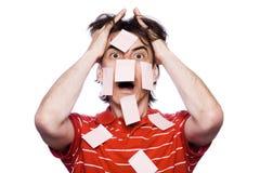 Homme avec des centaines de notes de post-it Images libres de droits