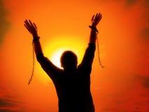 Homme avec des chaînes cassées à part photo libre de droits