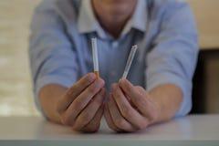 Homme avec des cigarettes Image stock