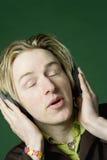 Homme avec des écouteurs Photographie stock libre de droits