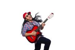 Homme avec des dreadlocks jugeant la guitare d'isolement dessus Image libre de droits