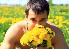 Homme avec des fleurs. Photo libre de droits