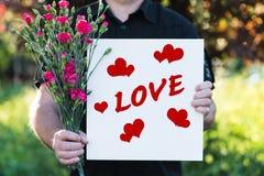 Homme avec des fleurs et l'amour de conseil Images libres de droits