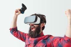 Homme avec des gamepads dans le casque de VR Photo stock