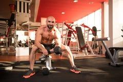 Homme avec des haltères exerçant des biceps Photo libre de droits