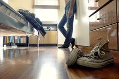 Homme avec des jeans dans sa chambre à coucher Images libres de droits