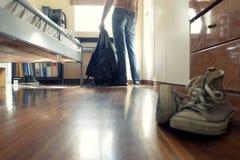 Homme avec des jeans dans sa chambre à coucher Photo stock