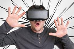 Homme avec des lunettes de réalité virtuelle jouant les jeux 3D Photo libre de droits