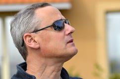 Homme avec des lunettes de soleil Photographie stock libre de droits