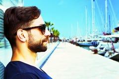 Homme avec des lunettes de soleil Images libres de droits