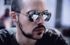 Homme avec des lunettes de soleil   Photographie stock