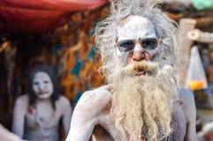 Homme avec des lunettes de soleil dans le Bengale-Occidental Photos libres de droits