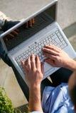 Homme avec des mains d'ordinateur portatif sur le clavier Image libre de droits