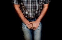 Homme avec des mains tenant sa fourche, il veut faire pipi Photos stock
