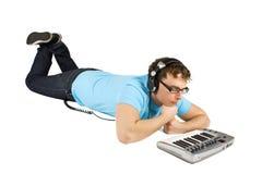 Homme avec des mensonges de clavier et d'écouteurs du Midi Images libres de droits