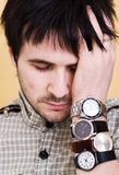 Homme avec des montres image stock