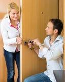 Homme avec des outils réparant la serrure de porte Photo stock