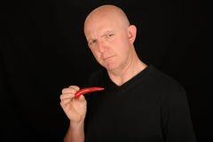 Homme avec des poivrons de s/poivron photo stock