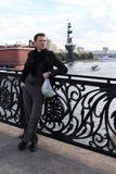 Homme avec des pommes sur la passerelle. Moscou Image stock