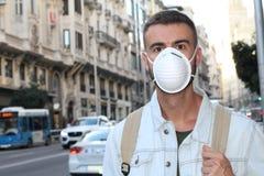 Homme avec des problèmes d'appareil respiratoire dans l'environnement pollué Image libre de droits