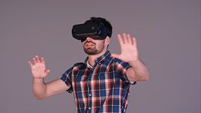 Homme avec des verres de réalité virtuelle faisant des gestes et souriant avec agitation Image libre de droits