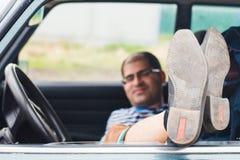 Homme avec des verres se reposant dans la voiture Image stock