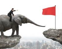 Homme avec diriger l'éléphant d'équitation de doigt vers l'alerte Photos stock