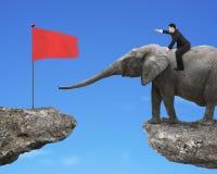 Homme avec diriger l'éléphant d'équitation de doigt vers l'alerte Photographie stock libre de droits
