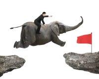Homme avec diriger le vol d'éléphant d'équitation de doigt vers l'alerte Photographie stock libre de droits