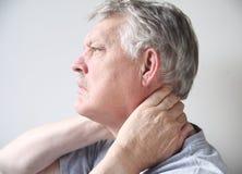 Homme avec douleur dans le cou photos stock