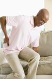 Homme avec douleur dorsale photo libre de droits
