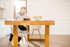 Homme avec du café à la salle à manger photo libre de droits
