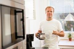 Homme avec du café Photos libres de droits