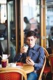 Homme avec du café et le smartphone photographie stock