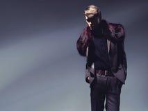 Homme avec du charme affichant la mode d'automne Images stock