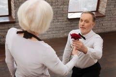 Homme avec du charme exprimant l'amour à la femme en salle de bal Images libres de droits
