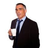 Homme avec du charme r3fléchissant avec une tasse blanche Photo stock