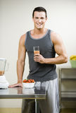 Homme avec du jus Smoothy Image stock