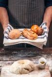 Homme avec du pain croustillant chaud au-dessus de l'espace libre de la pâte photo libre de droits